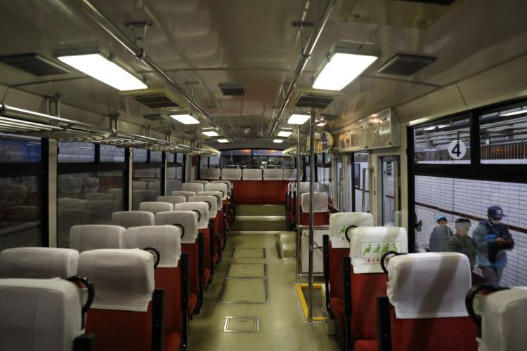 関電トンネルトロリーバス車内