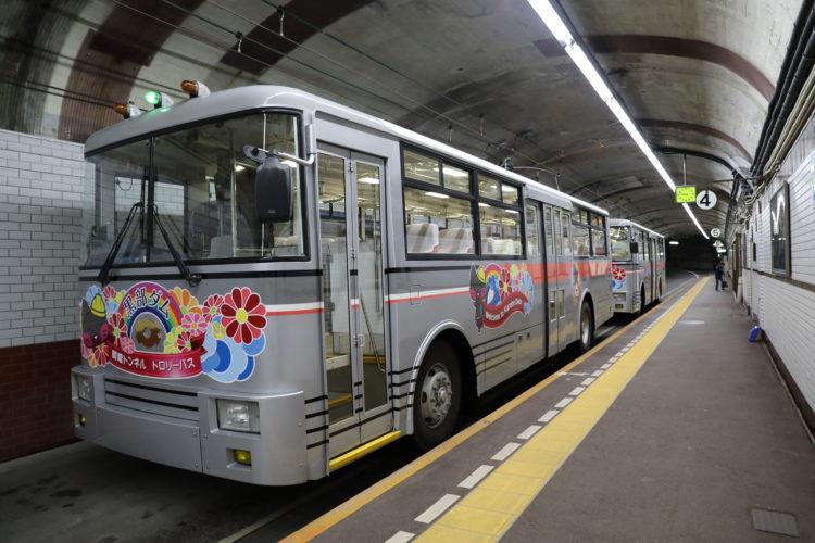 関電トロリーバス黒部ダム駅2両編成停車中