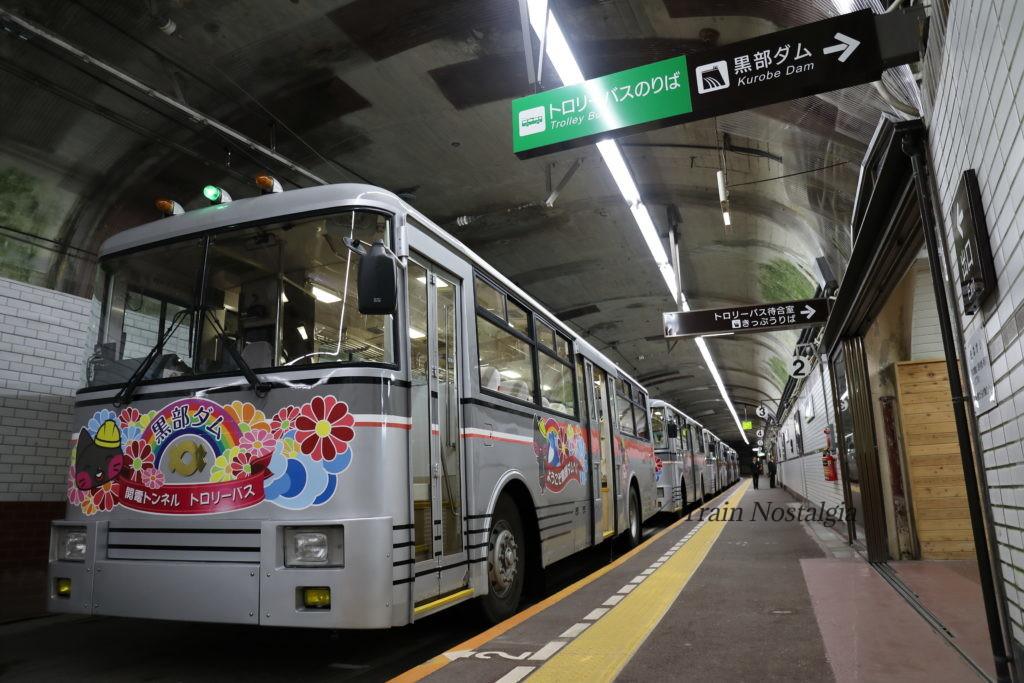 関電トロリーバス黒部ダム駅ホームトロリーバス6両停車中