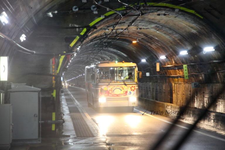 関電トンネル信号所トロリーバス行き違い
