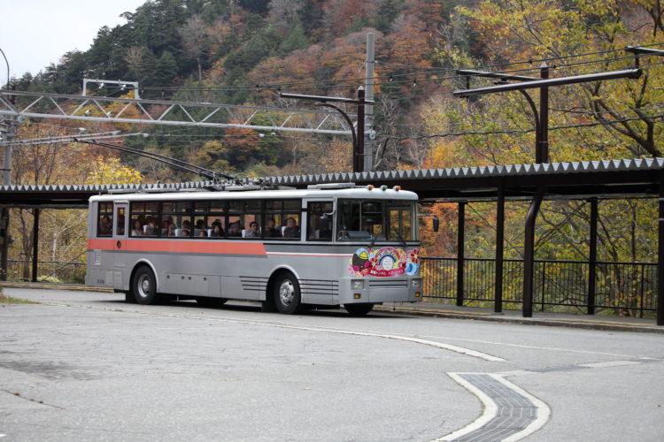 関電トロリーバス扇沢駅を出発するトロリーバス