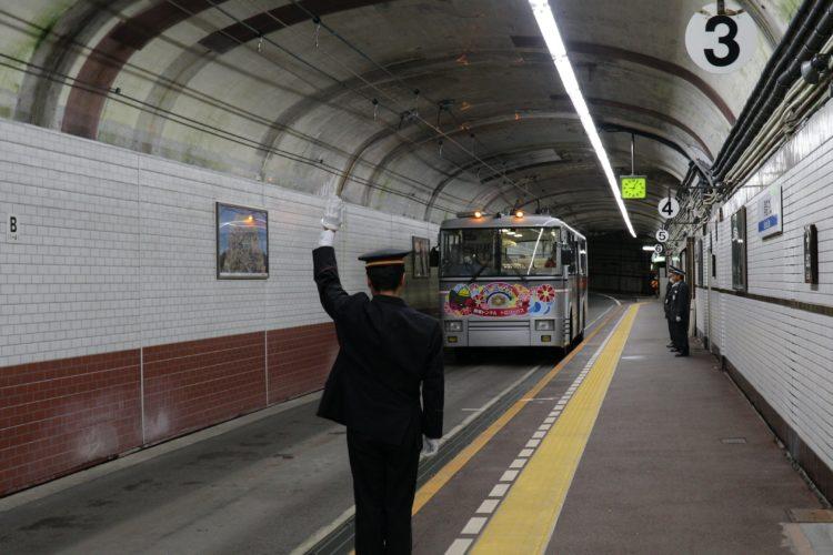関電トロリーバス黒部ダム駅出発指令を出す鉄道員