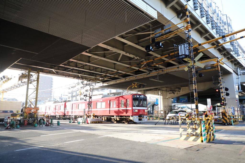 京急大師線と産業道路第一踏切、産業道路より