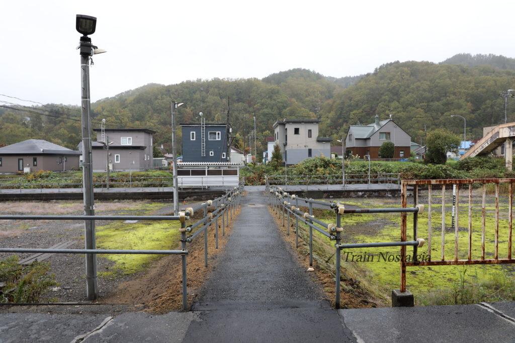 石勝線夕張支線清水沢駅ホーム入口通路
