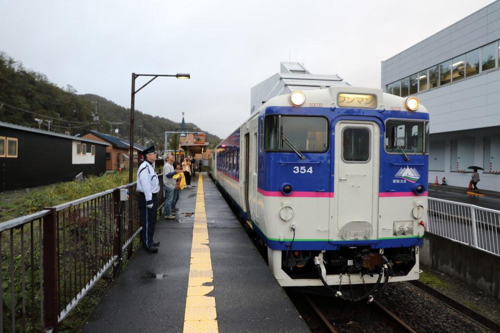 石勝線夕張支線夕張駅ホーム列車と見送り