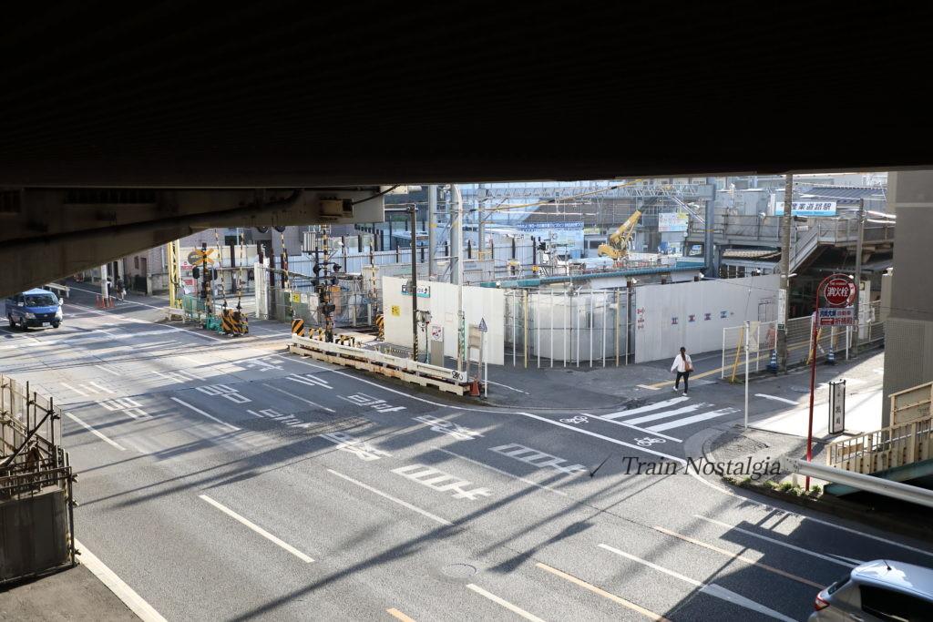 京急大師線産業道路駅地上仮設駅舎と産業道路第1踏切