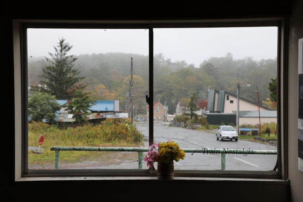 夕張線鹿ノ谷駅駅舎からの窓