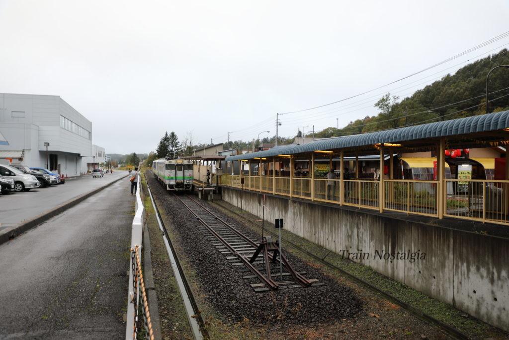 夕張線夕張駅のホームと列車全景
