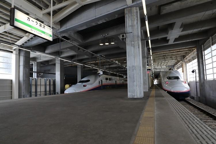 ガーラ湯沢駅ホームとE4系