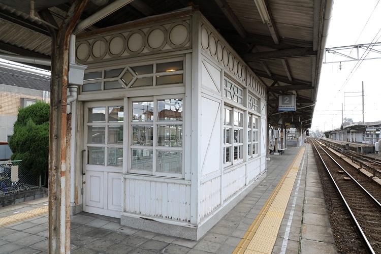 南海本線浜寺公園駅ホーム上の待合室外観