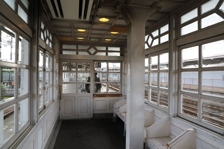 南海本線浜寺公園駅ホーム上の待合室内部