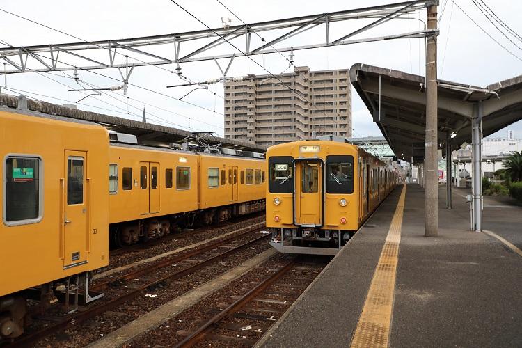 宇部新川駅ホームと列車