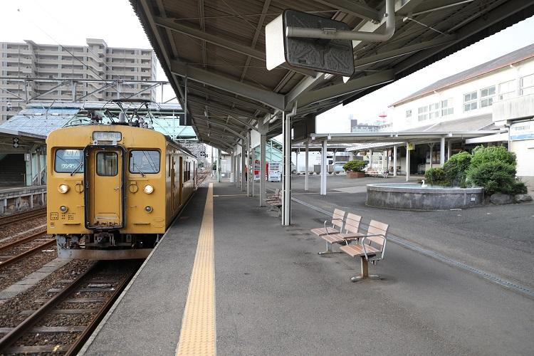 宇部新川駅長門本山行列車