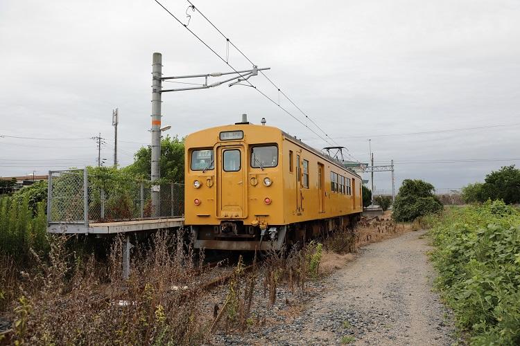 小野田線長門本山駅ホームと列車