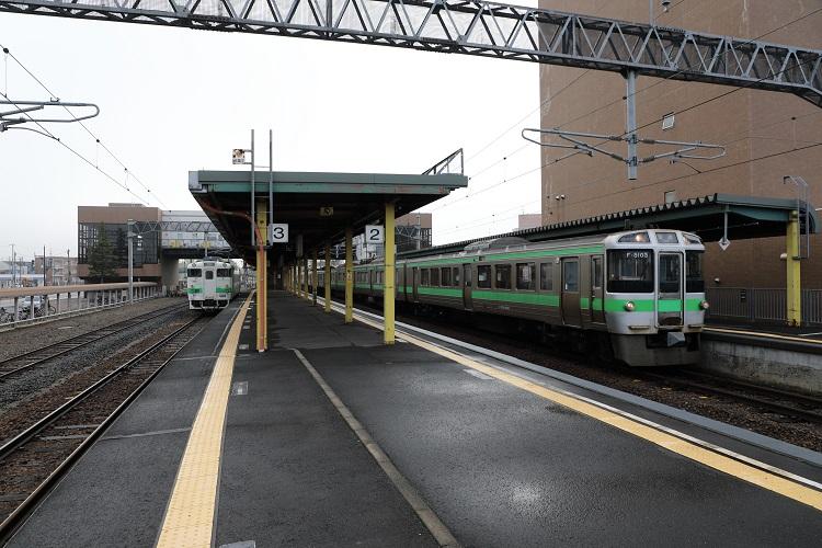 学園都市線石狩当別駅ホームと列車