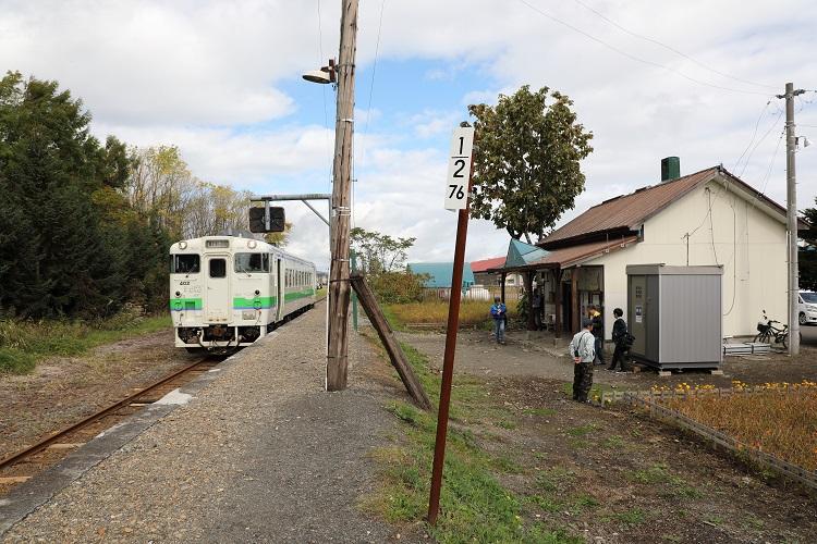 札沼線新十津川駅ホームと列車と76.5kmポスト