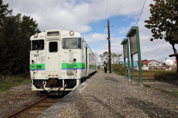 札沼線新十津川駅ホームと列車