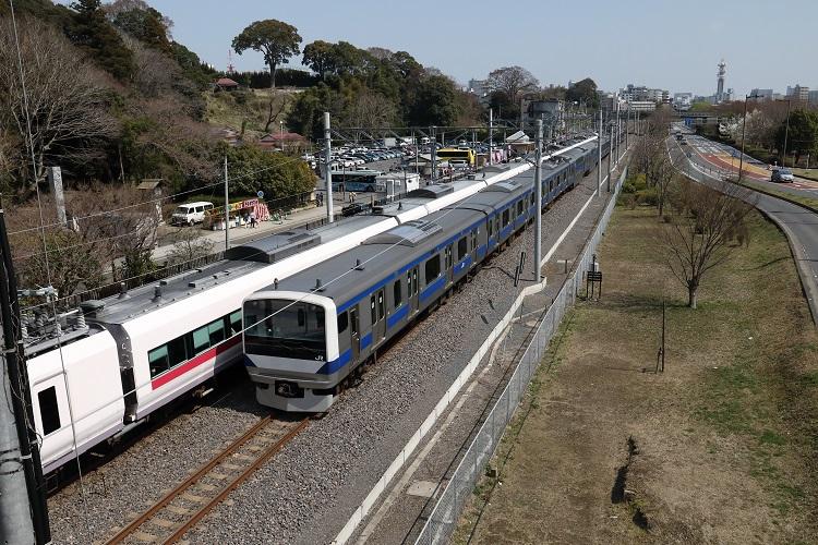 常磐線偕楽園駅通過する上り普通列車