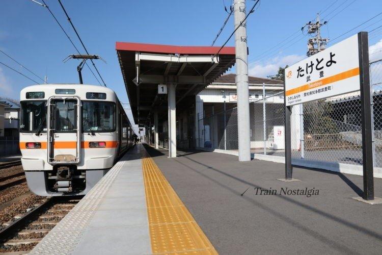 武豊線武豊駅ホームと列車
