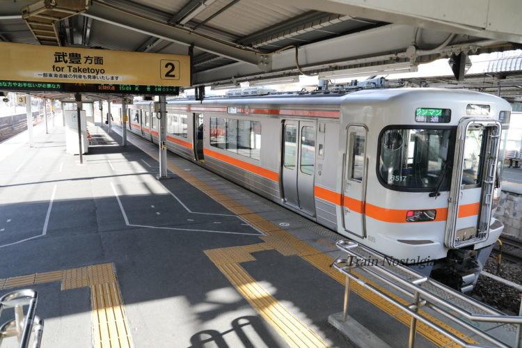 武豊線大府駅ホームと列車