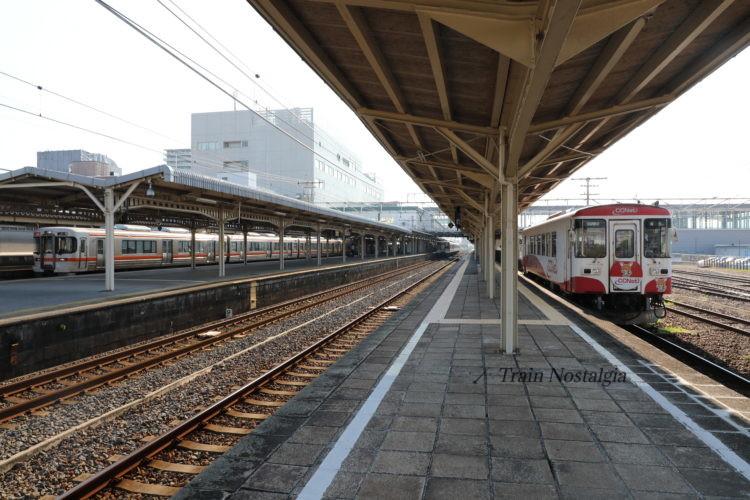 大垣駅樽見鉄道と東海道本線の列車とホーム