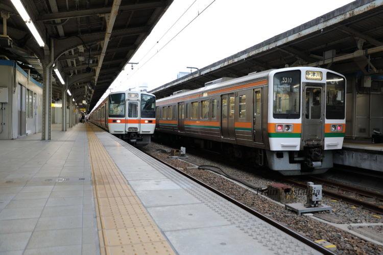 東海道本線と中央本線名古屋駅ホームと列車