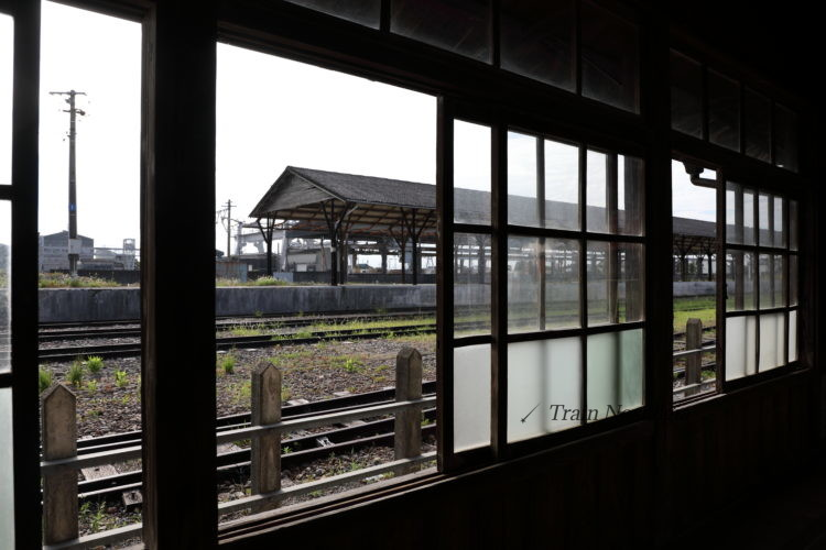 東海道本線美濃赤坂駅駅舎内の窓から貨物ホームを見る