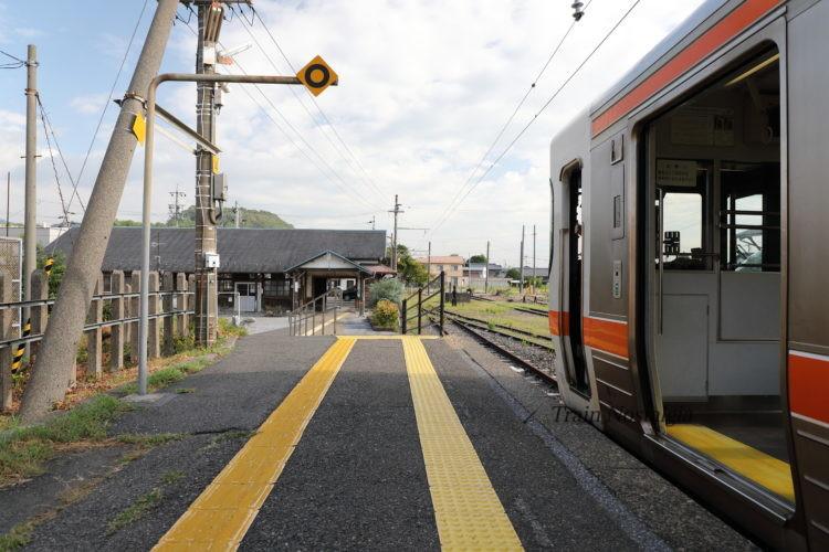 東海道本線美濃赤坂駅列車から駅舎入口