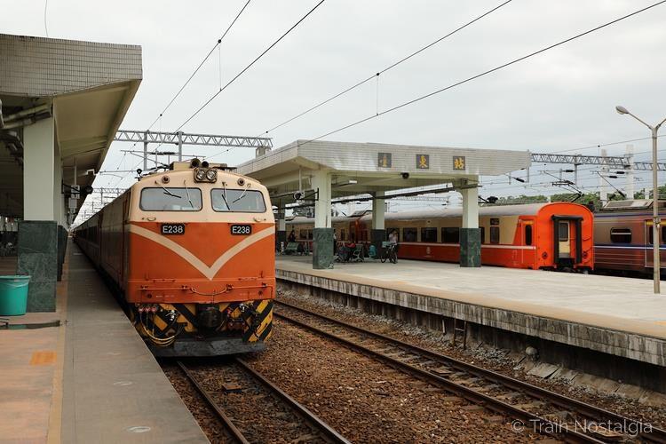 台鉄台東駅莒光号機関車と客車