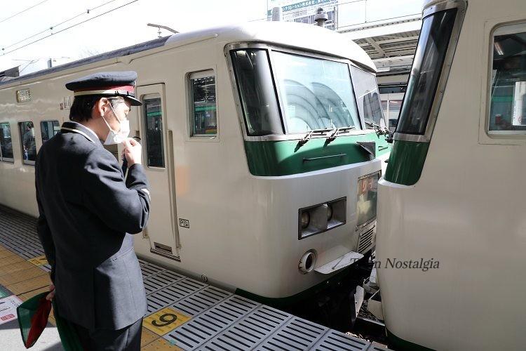 熱海駅ホームと185特急踊り子号切り離し作業中
