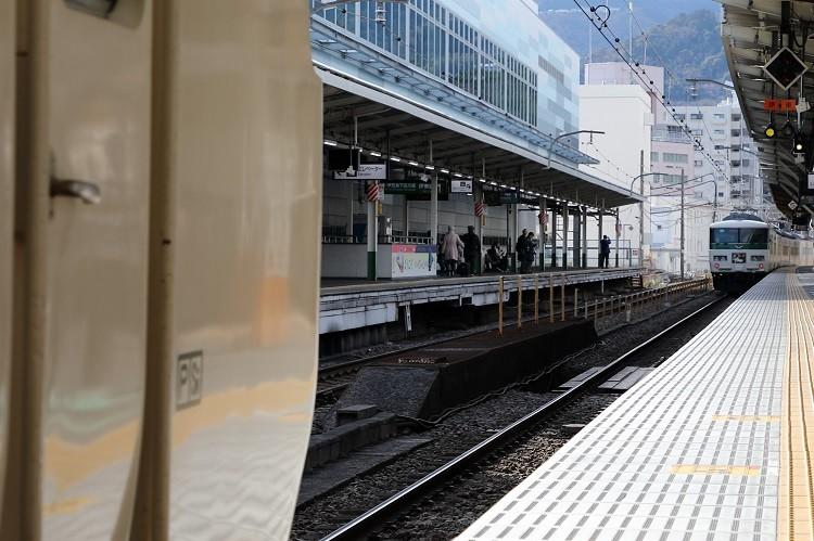 熱海駅ホームと185特急踊り子号切り離し後