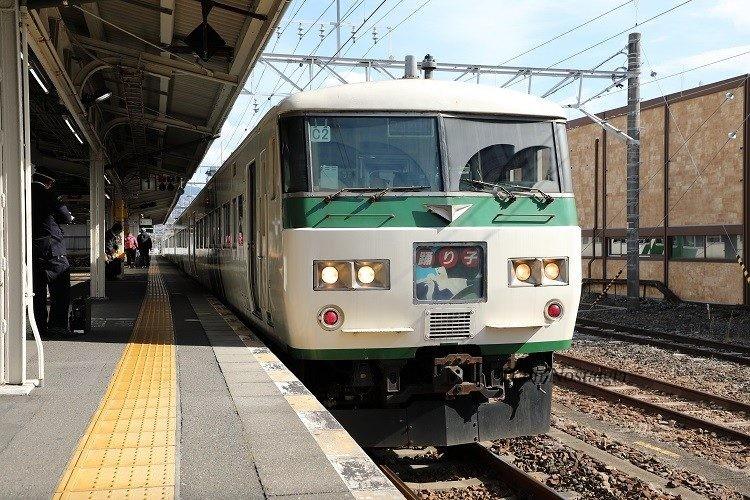 三島駅ホームと185系特急踊り子