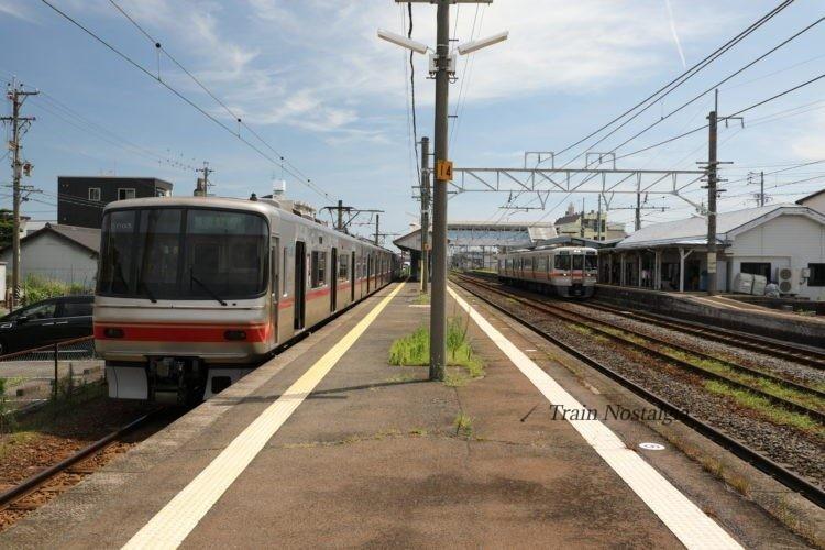 関西本線弥富駅ホームと列車