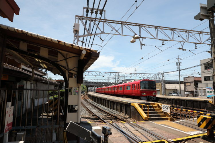 名鉄西枇杷島駅ホームと通過列車