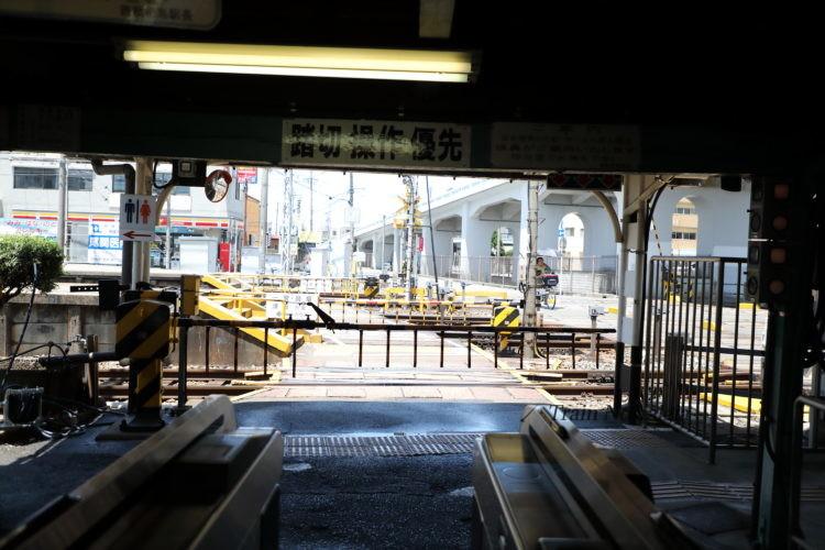 名鉄西枇杷島駅駅舎内構内踏切遮断中