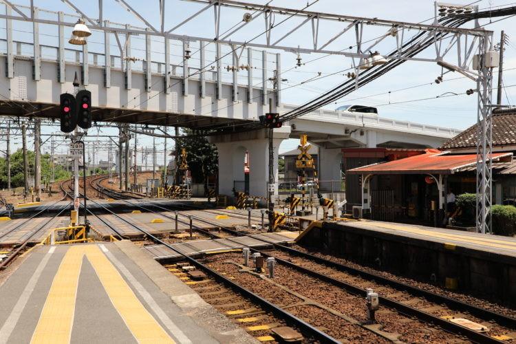 名鉄西枇杷島駅ホーム名古屋側と構内踏切