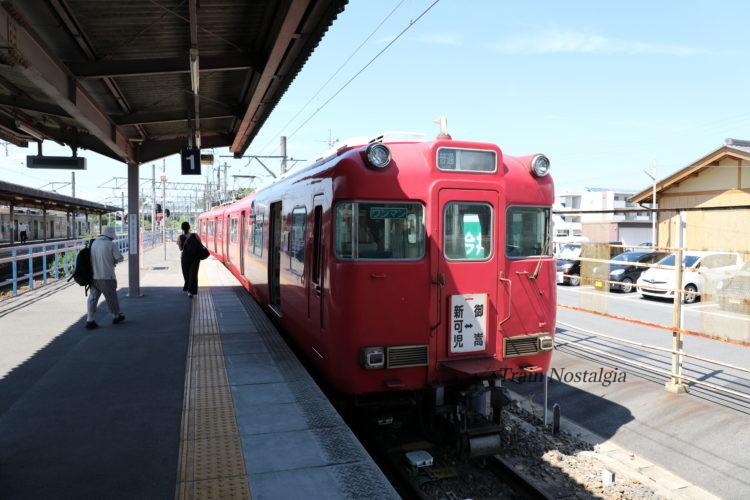 名鉄広見線新可児駅ホームと御嵩行き列車
