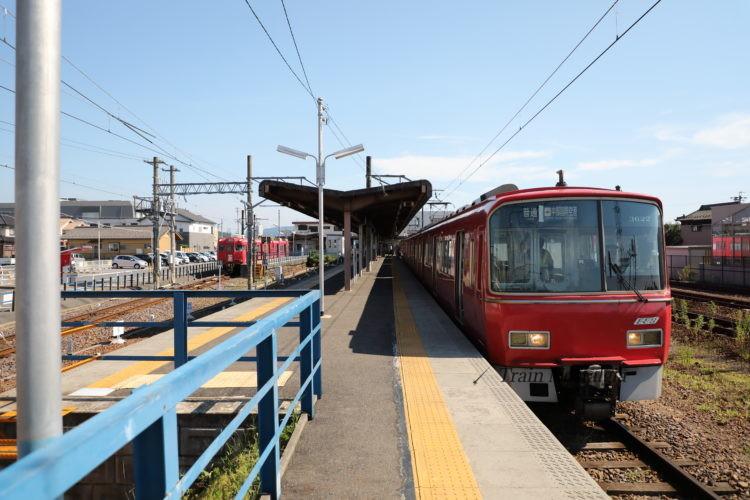 名鉄広見線新可児駅ホームと列車
