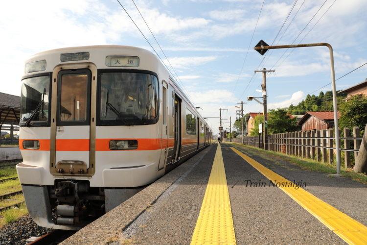 東海道本線美濃赤坂駅ホームと列車