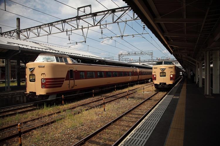 山陰本線豊岡駅ホームと183系と381系特急こうのとり