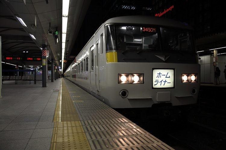新宿駅ホームと185系ホームライナー小田原