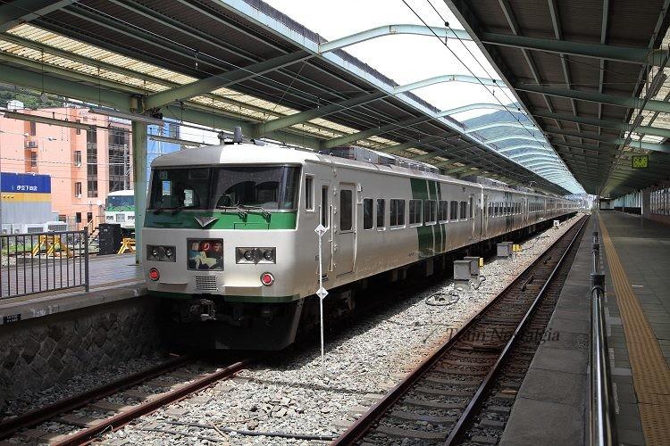 伊豆急下田駅ホームと185系特急踊り子
